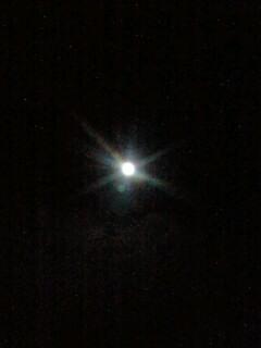 満月にかかる虹