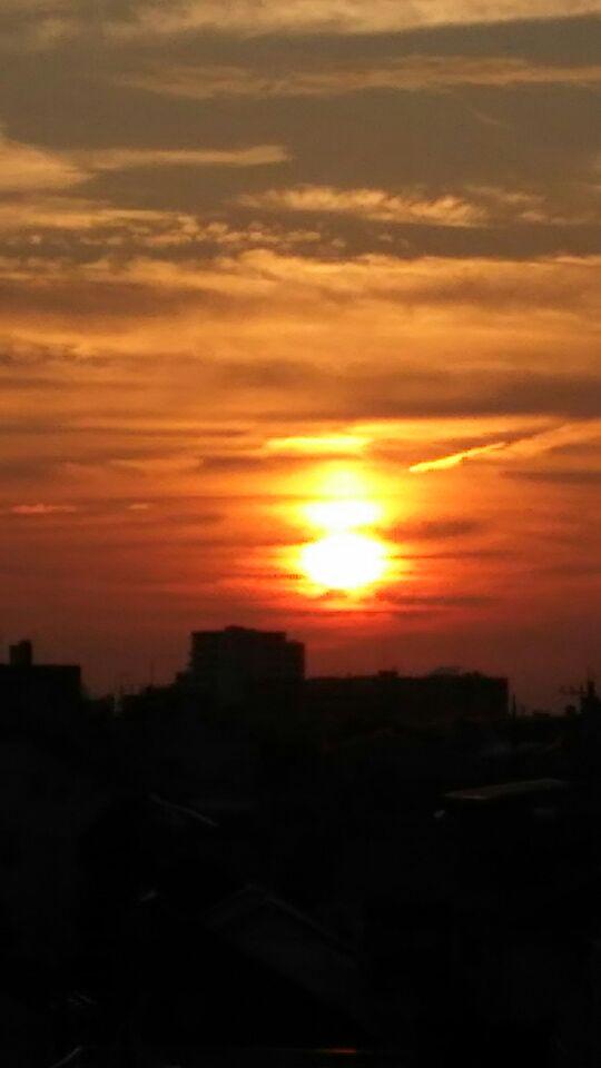 新月に太陽が二つ